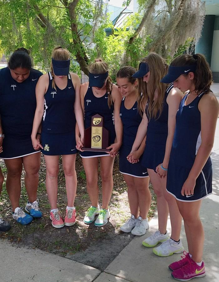 Girls Tennis finishes the season strong in honor of their late sister, Sydney Wynne